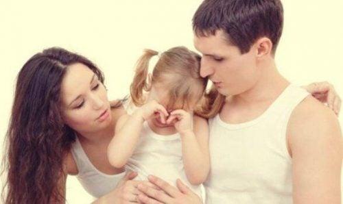 Forældre og grædende barn er eksempel på at fortælle børn om skilsmisse