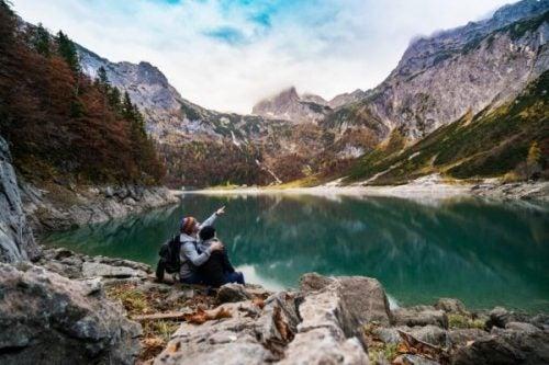 Mennesker ved smuk sø og bjerge