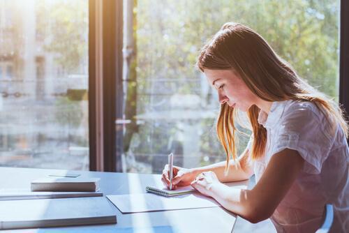 Pige er ved at studere effektivt før eksamen