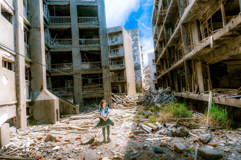 Pige går igennem by ødelagt af konflikt i forsøg på at behandle posttraumatisk stresslidelse