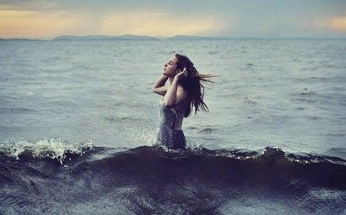 En pige i havet som symbol på en af de tre egenskaber ved vand