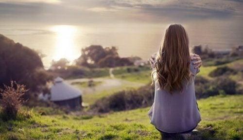 Pige, der er alene i smuk natur