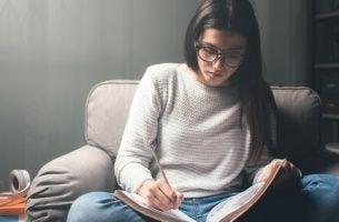 Pige i gang med at studere