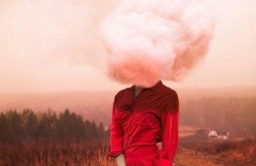 Rød kvinde med sky for hovedet