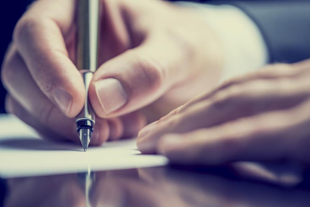 Person skriver for at kontrollere humørsvingninger