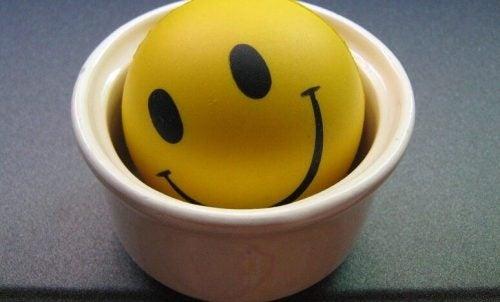 En smiley, der ligger i en skål