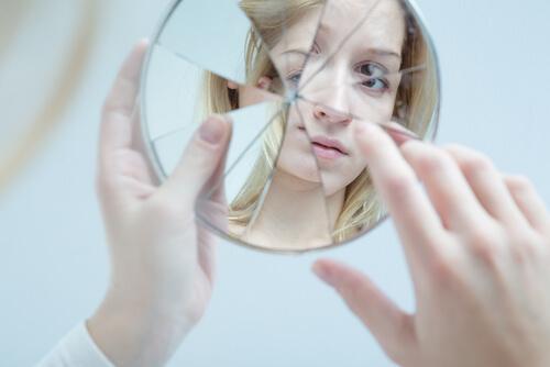 Knust spejl repræsenterer teenagere og selvværd