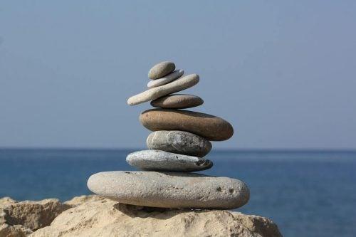 Bunke af sten, der balancerer foran hav