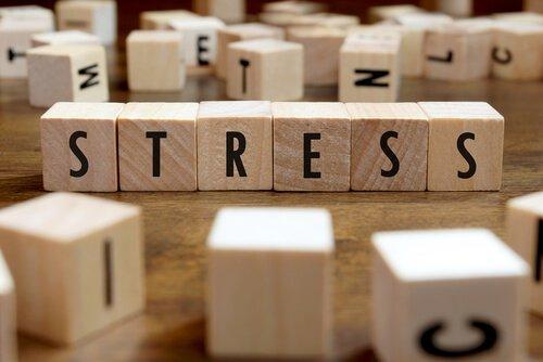 Stress skrevet med træklodser