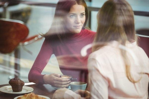 To kvinder taler sammen
