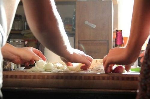 To personer, der laver mad