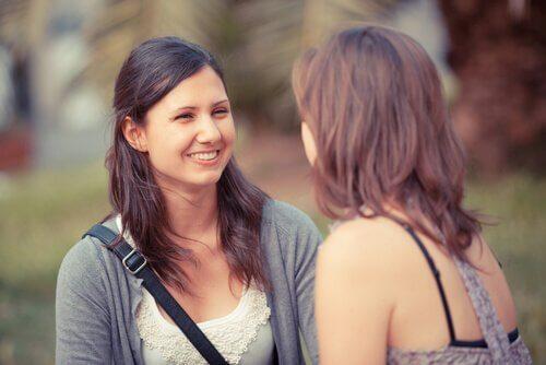 to kvinder har samtale