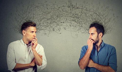 to mænd taler om sociale forventninger
