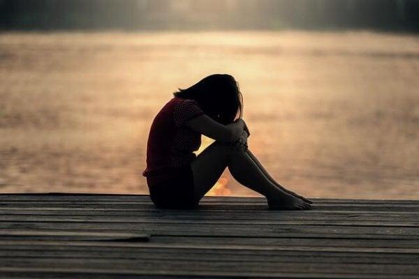 trist pige ved sø