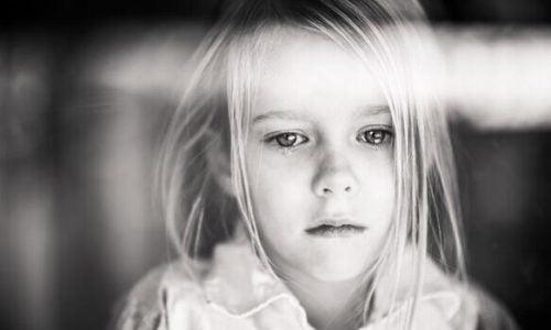 Trist pige, som er udsat for desorganiseret tilknytning