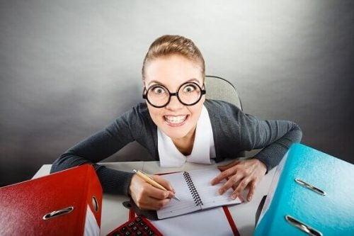 Kvinde ved skrivebord illustrerer tvangspræget personlighedsforstyrrelse