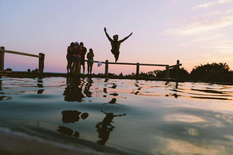 Venner bader og nyder at opleve noget for første gang