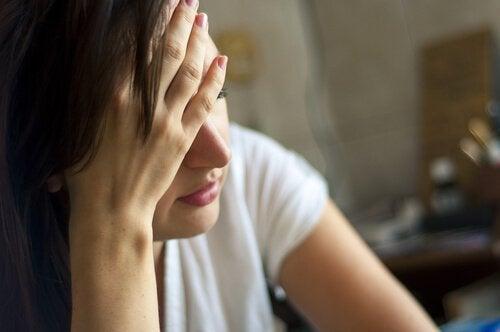 Kvinde, der føler sig irriteret, fordi hun ikke spiser sundt