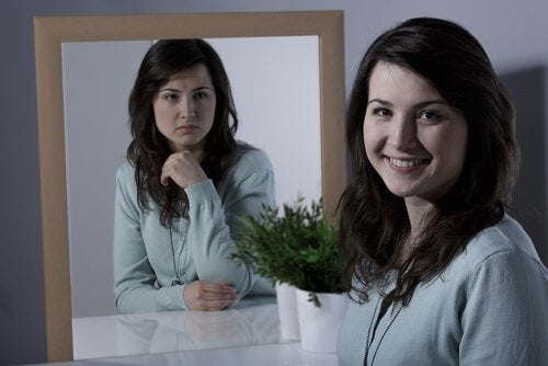 Kvinde, der viser følelser i spejl