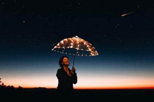 Kvinde med paraply føler sig motiveret