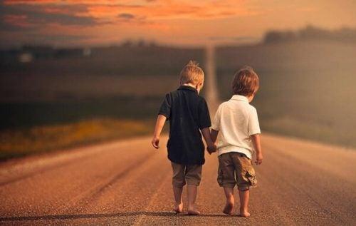 Unge drenge, der er venner