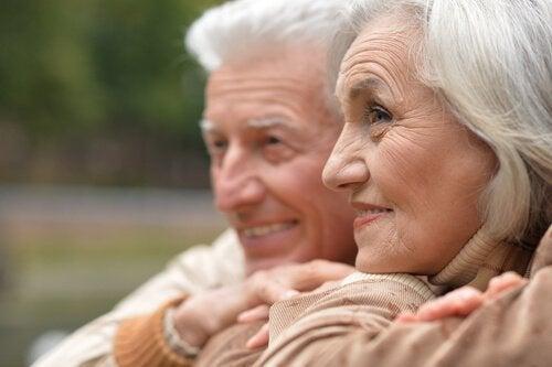 Smilende ældre par