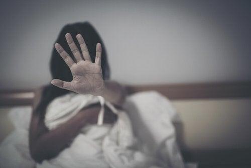 bange kvinde i seng