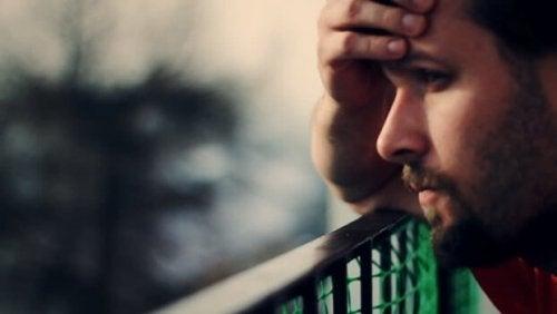 Mand, der tager sig til hoved, oplever effekten af en hjerne under et brud
