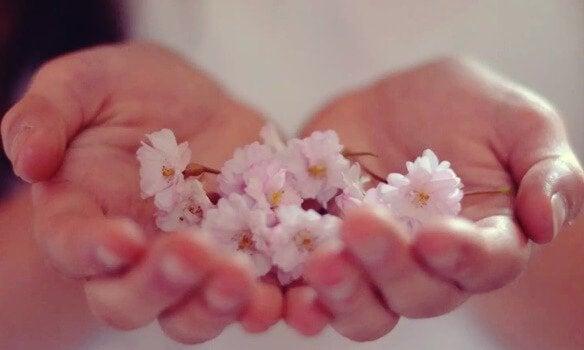 Hænder med blomster
