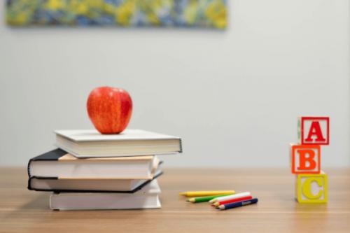 Bøger og blyanter på bord