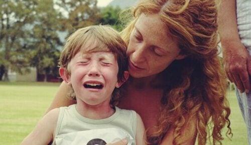 Dreng, der græder hos sin mor