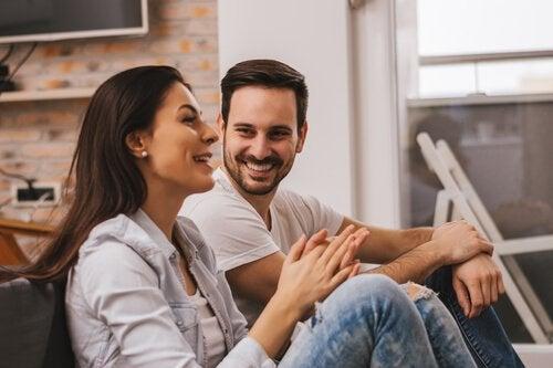 Par snakker i stuen