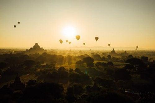 kulturernes Luftballoner over smukt landskab