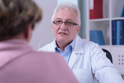 Læge med patient, der har hospitaliseringssyndrom