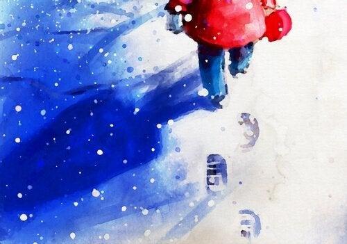 En dreng, der går i sneen