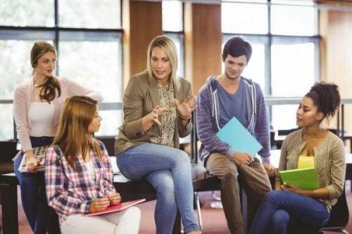 Studerende taler med underviser