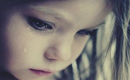 Pige græder over frarøvet barndom