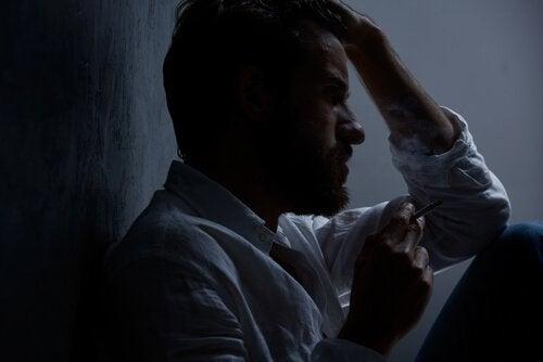 Oprørt mand, der græder i mørke