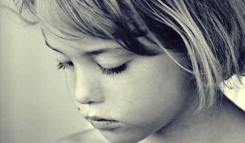 Sådan påvirker en frarøvet barndom et barn