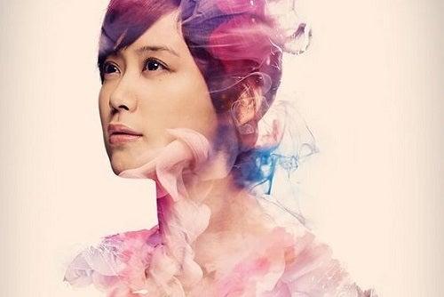 En farverig kvinde