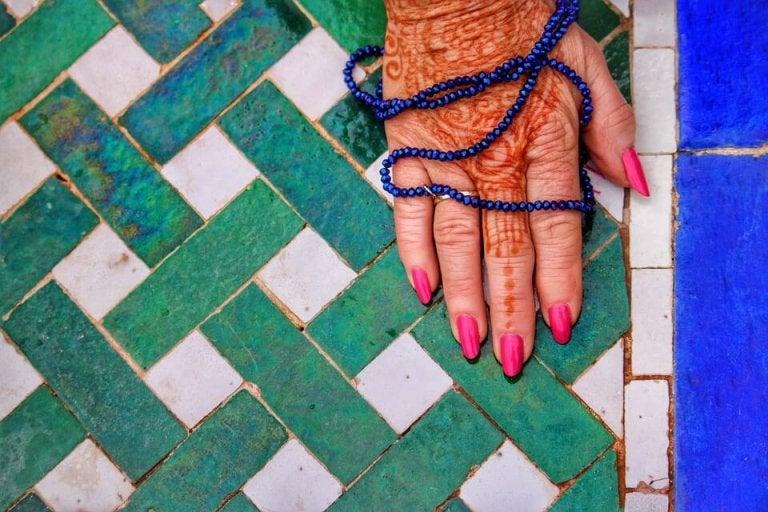her ses den traditionelle hennafarve på hånd
