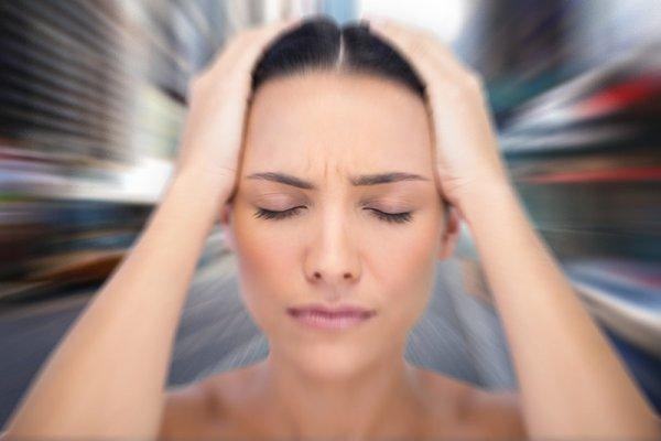 Kvinde oplever svimmelhed forårsaget af angst