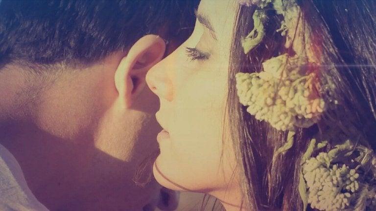 En kvinde hvisker søde ord i hans øre
