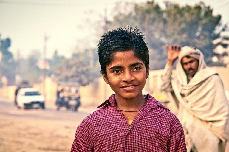 smilende indisk dreng