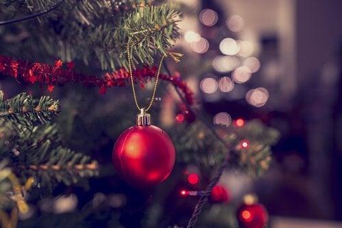 juletræ med rød julekugle