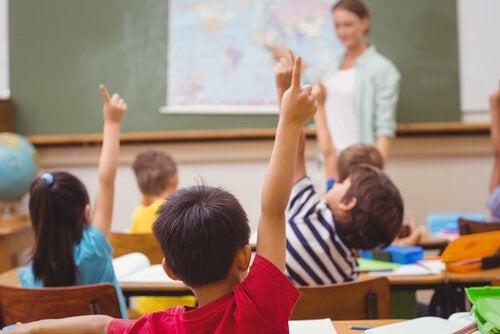 Børn rækker hånden op
