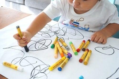 Barnets første tegninger ligner ikke noget, men er bare kruseduller