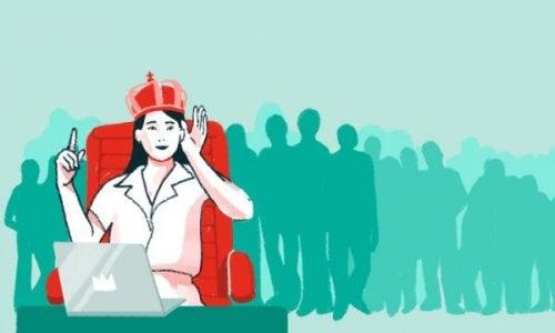 Kvinde med krone på er eksempel på patologisk narcissisme