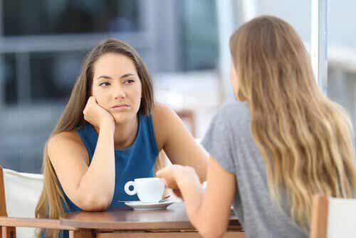 En kvindes ansigtudtryk viser, at hun mangler empati