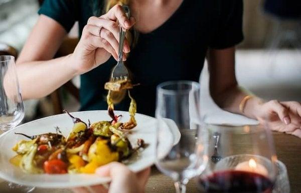 Kvinde spiser frokost